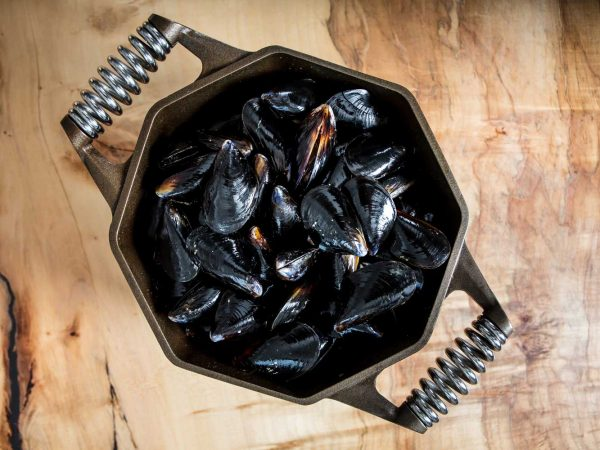 finex-cast-iron-dutch-oven-with-muscles